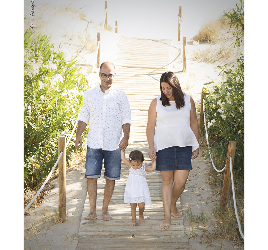 foto-familia_playa_estudio_exterior_oliva_fotohfotografia-12