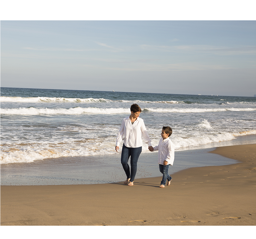 foto-familia_playa_estudio_exterior_oliva_fotohfotografia-2